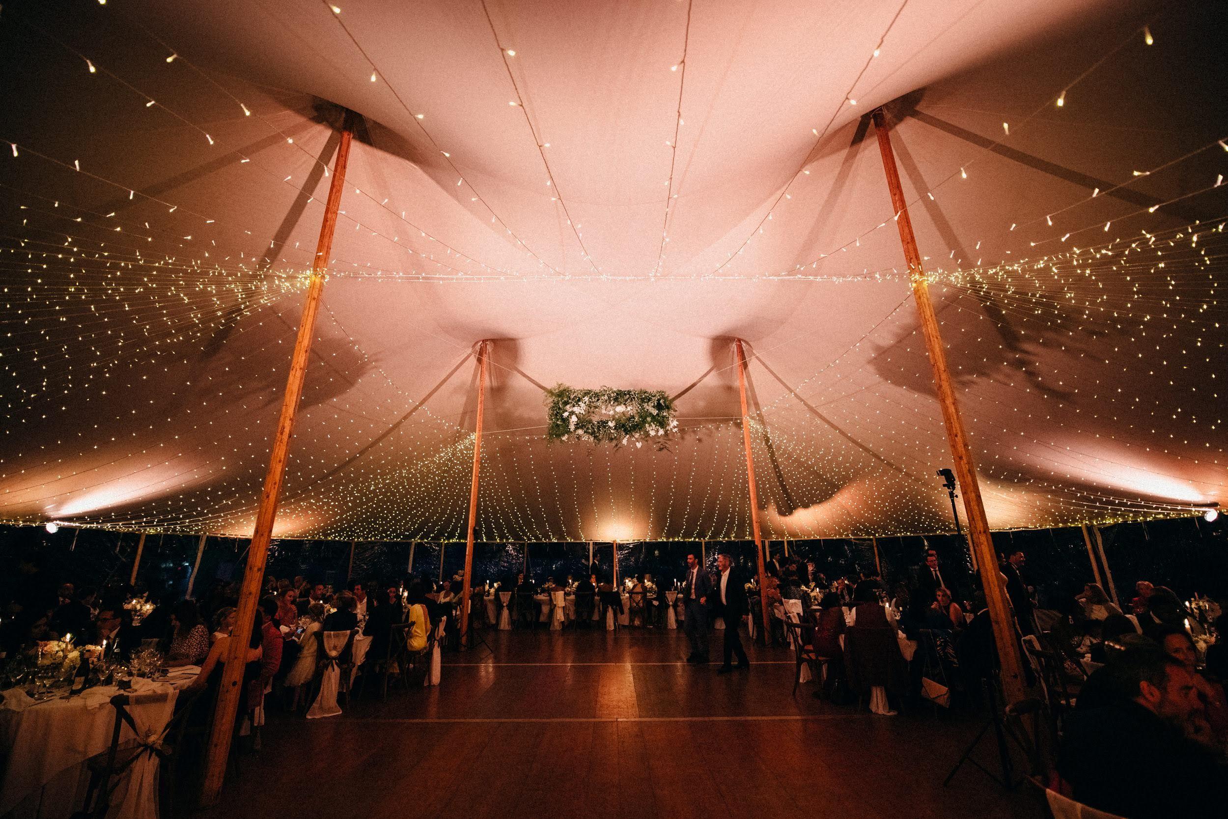 Ciel étoilé en guirlande lumineuse sous une tente silhouette