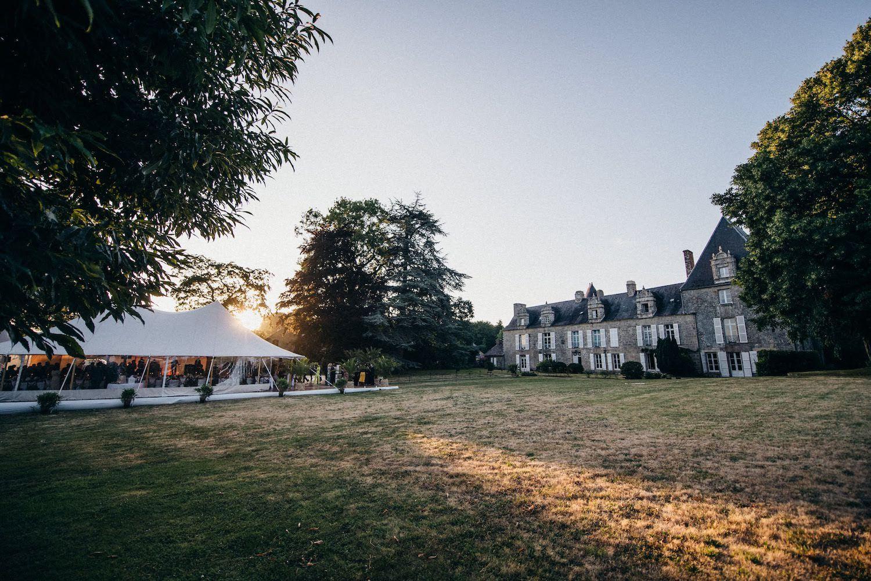 Mariage en Bretagne sous une élégante tente silhouette