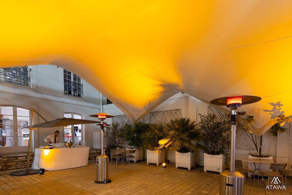 Soirée d'entreprise dans une cour et location de parasols chauffants